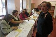 Účast byla v pátek odpoledne zatím slabší, fronty se u komisí tvoří zatím jen výjimečně, hlavní nápor voličů se teprve čeká.