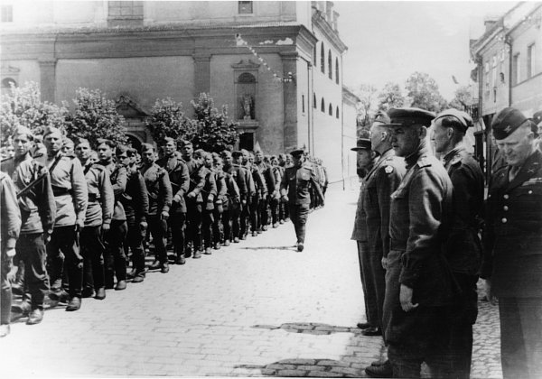 Po bojích byla Březnice, jakožto město poblíž demarkační čáry, vdruhé polovině května 1945svědkem defilé sovětské armády před delegací Američanů vedenou brigádním generálem V. sboru 3.americké armády (muž vbrýlích, 4.zprava). ..