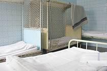Přenocování na příbramské záchytce vyjde stejně draho jako v luxusním hotelu. Pokoje se však srovnávat ani zdaleka nedají.