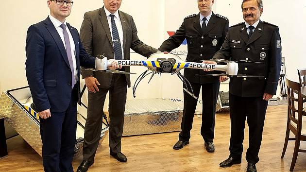 PŘEDÁNÍ BRUSu  krajskému ředitelství policie. Vpravo Václav Kučera, ředitel Krajského ředitelství policie Středočeského a vlevo od něj zástupce vedoucího územního odboru Příbram Ondřej Smotlacha.