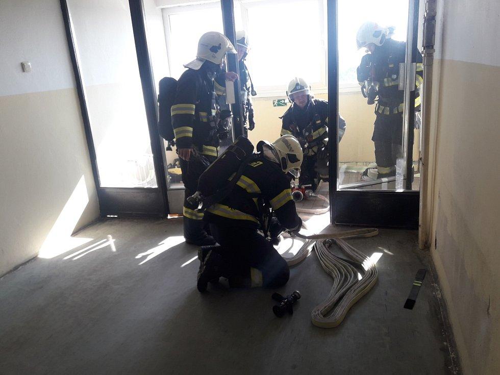 Nejvyšší budova Dobříše byla předmětem cvičení hasičů.