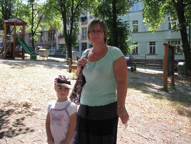 Iveta Uhrová s dcerku Danielkou na hřišti na Komenského náměstí v Příbrami.