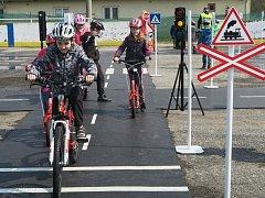 DĚTSKÉ MOBILNÍ hřiště v Dobříši je v provozu. Hned první den provozu se dopravní výchovy zúčastnilo 68 žáků dobříšských základních škol.
