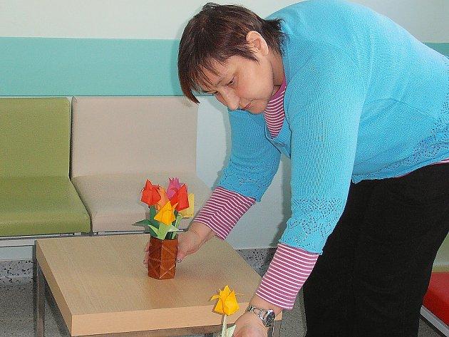 Vladimíra Míková v příbramském centru Amelie na Zdaboři při zdobení prostor papírovými tulipány.