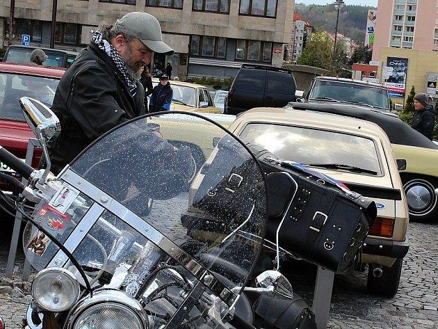 Náměstí TGM v Příbrami zaplnili motorkáři a plechovkáři.