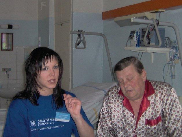 Studentka gymnázia pacientovi pomáhá překonat nemocniční stres tím, že si s ním popovídá.