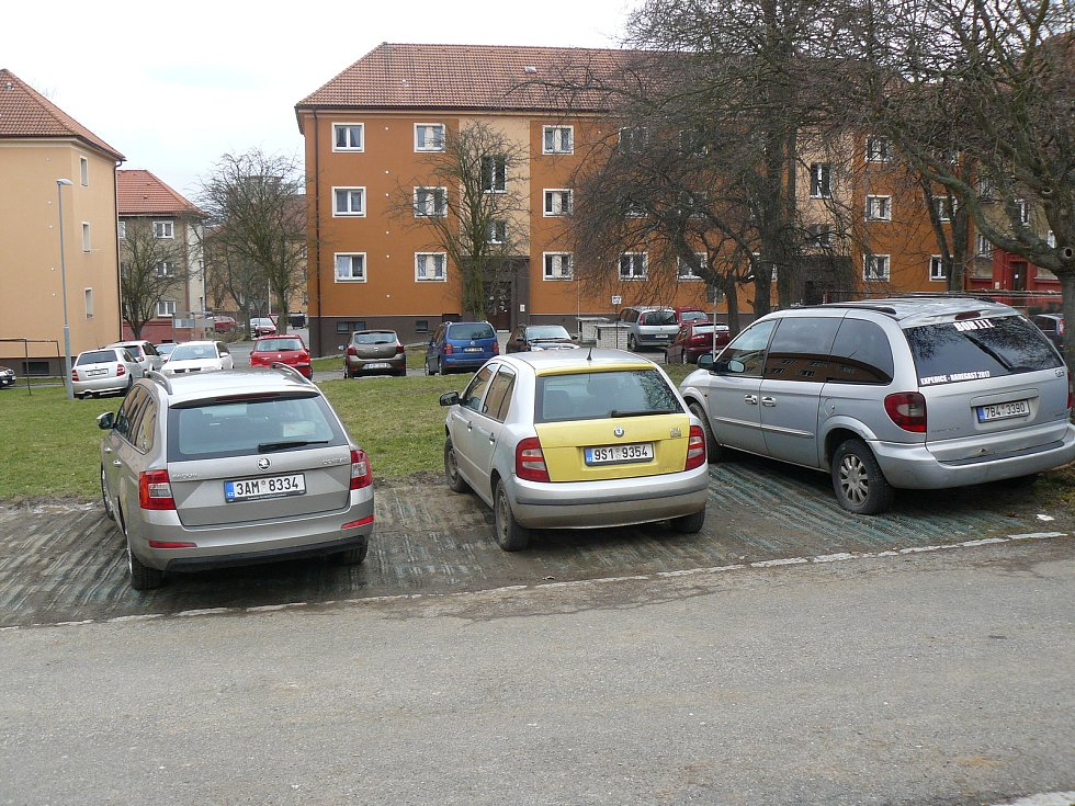Parkovací plácek v Kremnické ulici ve vnitrobloku domů.