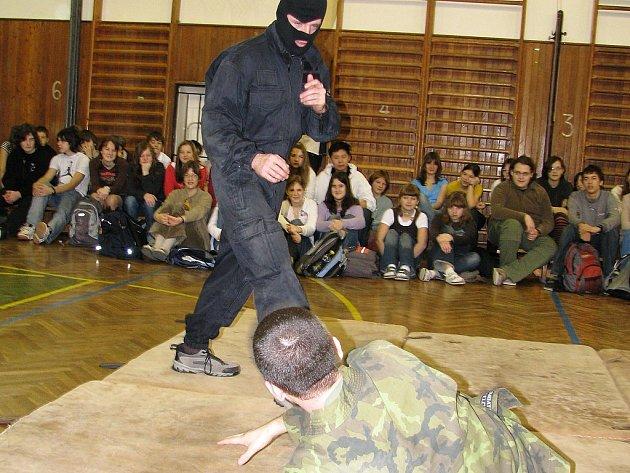 Ukázka sebeobrany pro studenty Gymnázia Příbram. Ukázku předváděl instruktor bojového umění Musado Vít Skalník s figurantem.