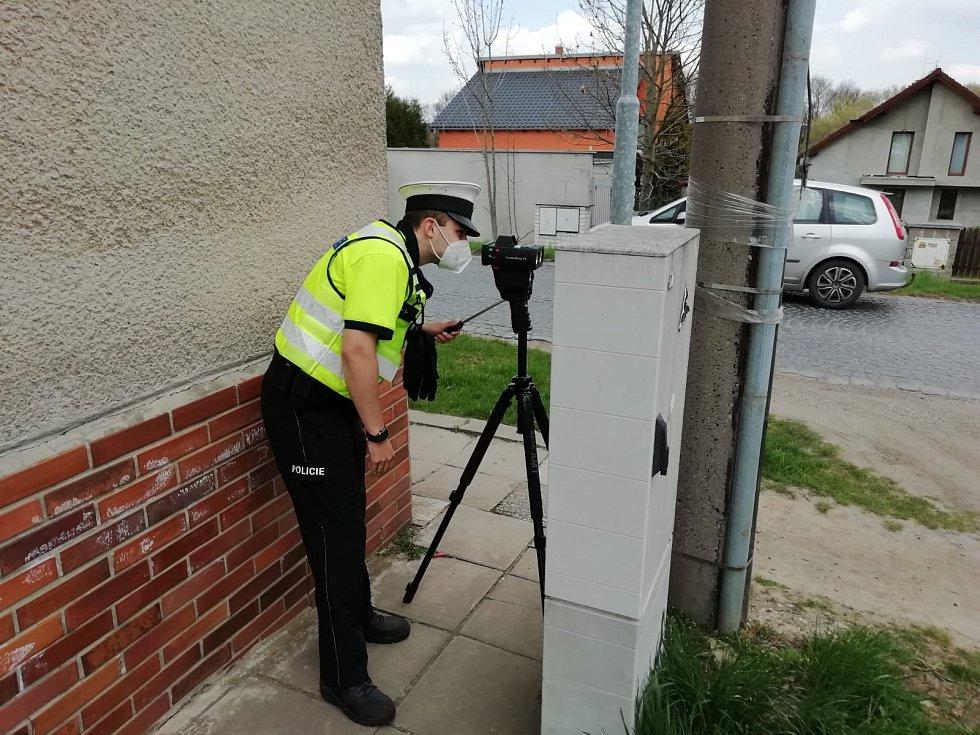 Policie měří rychlost.