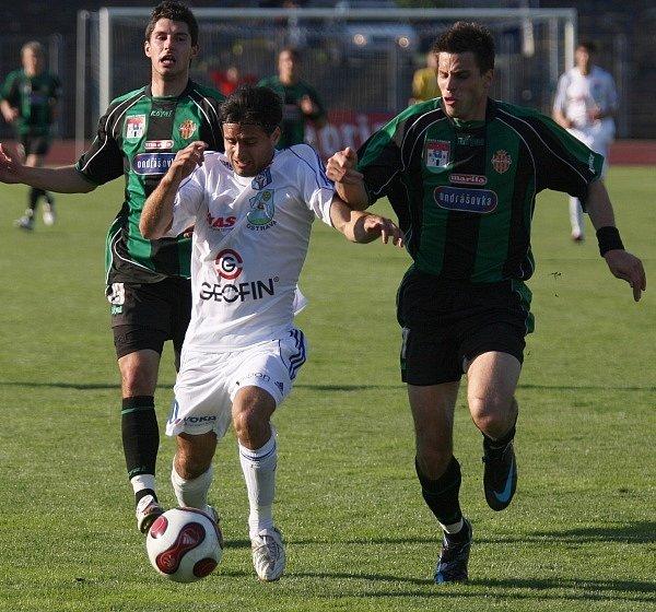2. liga: Vítkovice - Marila Příbram (1:0). Střelec jediného gólu Martin Pulkert utíká příbramské dvojici Tomáš Pilík a Michal Klesa.