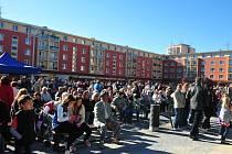 Lidé se přišli podívat na slavnostní otevření náměstí 17. listopadu.