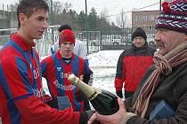 Kapitán 1.FK Příbram přebírá ceny za 2. místo na Beroun Open.