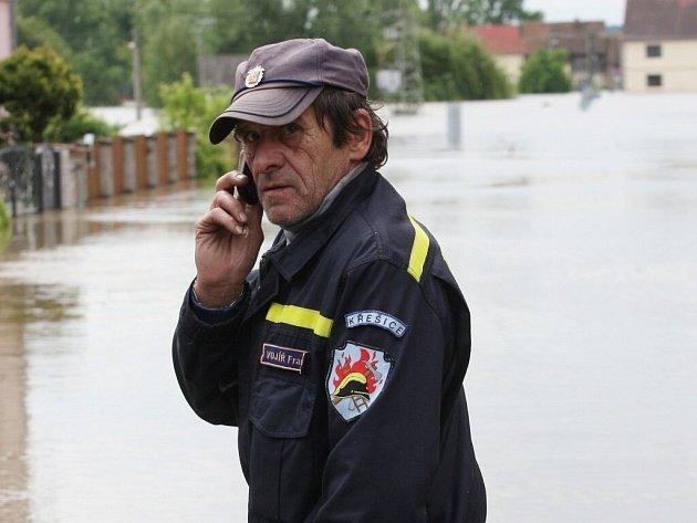 Křešice. Právě sem míří dar Řečických do obce, kde Labe nezastavily ani protipovodňové zábrany. Řeka zaplavila skoro celou obec.