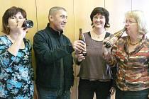 MALÁ OCHUTNÁVKA nového výrobku pivovaru Vysoký Chlumec na počest umístění Sedlčan v celostátní soutěži Knihovna roku. Na snímku degustuje Jana Vyskočilová, ředitel pivovaru Pavel Bekeni, Alena Budková a Blanka Tauberová.