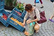 Středeční zeleninový a ovocný trh na Václavském náměstí v centru Příbrami.