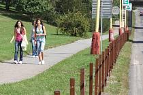 Nový plot u gymnázia oddělí chodník od silnice