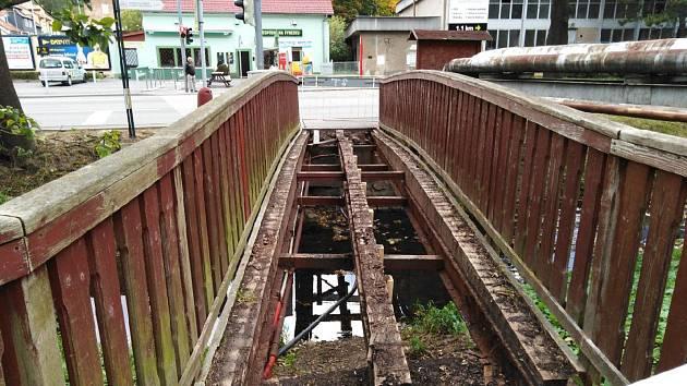 Opravy čekají i lávky přes Příbramský potok. Na podzim ji město prozatímně opravilo.