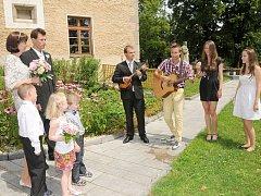 Novomanželům před Zámečkem zahrála skupina O.K.mžik složená z absolventů Gymnázia Příbram, kteří budou po prázdninách pokračovat ve vysokoškolském studiu.