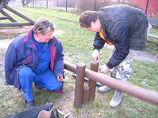 Správce příbramských hřišť Jiří Stoklasa při pravidelné údržbě