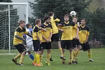 Nepřekonaltená překážka. Hráči Kosovy Hory (ve žlutočerném) jsou na jaře zatím stoprocentní.