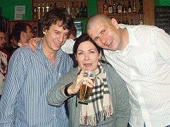 Martin Kraus, Anna K. a Tomáš Bezouška v divadelním klubu.