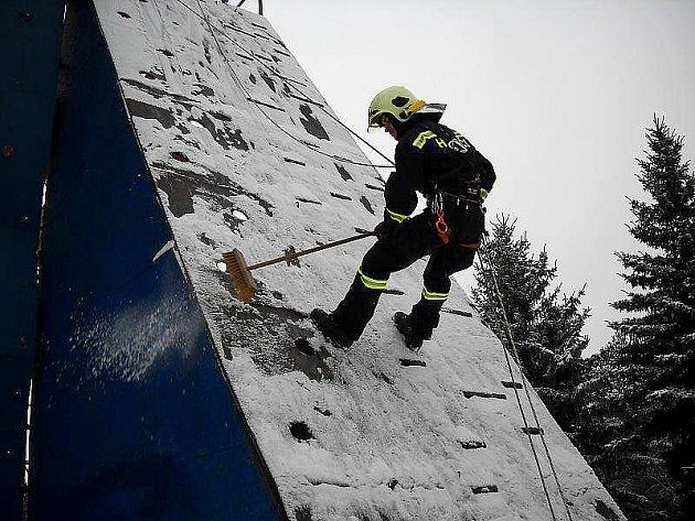 Trénink hasičů-lezců.