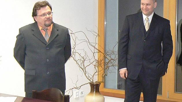 PRO ŠTĚTKOVICE vykonal Radim Passer (vpravo) mnoho prospěšného. Na snímku je se starostou obce Josefem Kuncem.
