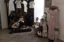 Muzejní výstavu doplňují předměty ze sbírky Mileny Drtinové coby věcné vzpomínky na časy, kdy ženy byly opravdovými dámami a muži pravými gentlemany.