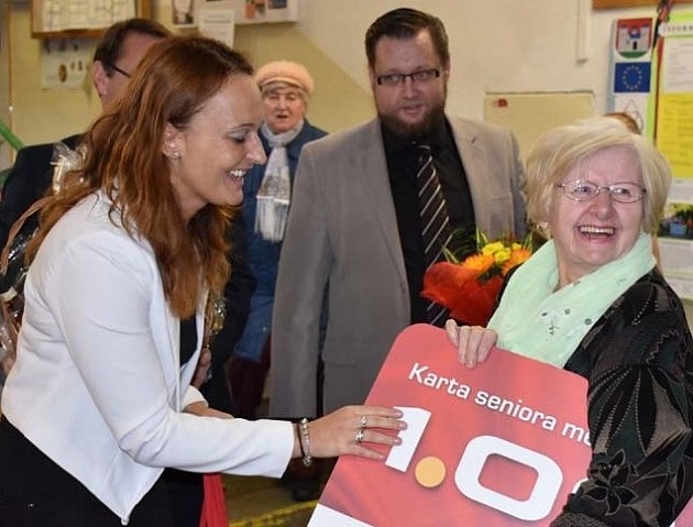 Součástí bohatého programu bylo také předání Karty seniora č. 1000, kterou obdržela paní Stanislava Dembická.