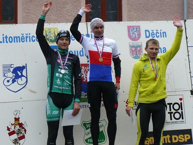 Adam Šimek (vlevo) na stupních vítězů akademického mistrovství republiky.