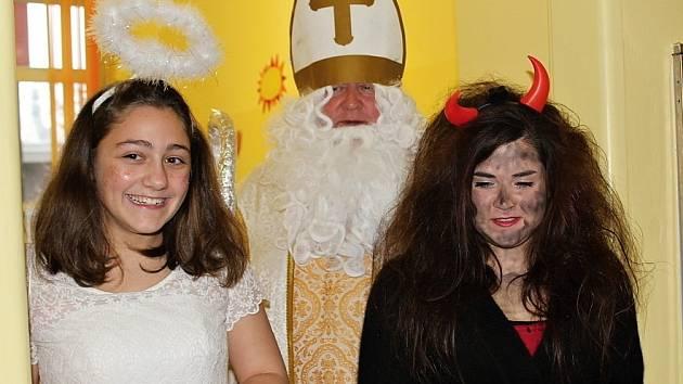 Mikulášská trojice ani letos nezapomněla na hospitalizované děti v Příbramské nemocnici.