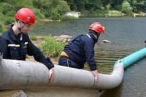 Hasiči cvičili na Orlické přehradě.