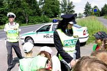 Policisté kontrolovali vozidla společně s dětmi
