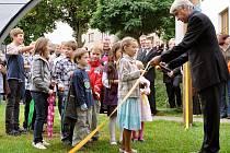 Slavnostní otevření nově vybaveného hřiště v Dobříši se neobešlo bez přestřihnutí pásky. Stříhal starosta Dobříše Jaroslav Melša s dětmi.