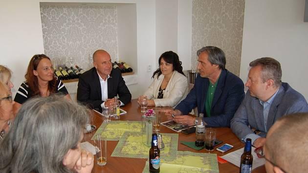 Schůzka vedení příbramské radnice u příležitosti setkání ministrů se starosty obcí dotčených rušením Vojenského újezdu Brdy.