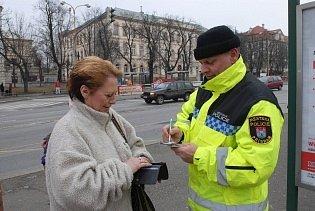 Strážník Miroslav Šolar má na starosti okrsek Příbram I. Na snímku hovoří s jednou z obyvatelek Příbrami v centru města v Jiráskových sadech.
