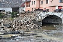Demolice původního klenutého mostu v Počaplech.