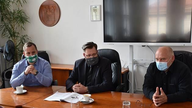 Členové krizového štábu města Příbram. Zleva: ředitel centra sociálních a zdravotních služeb Tomáš Cipra, starosta města Jan Konvalinka a ředitel nemocnice Stanislav Holobrada.