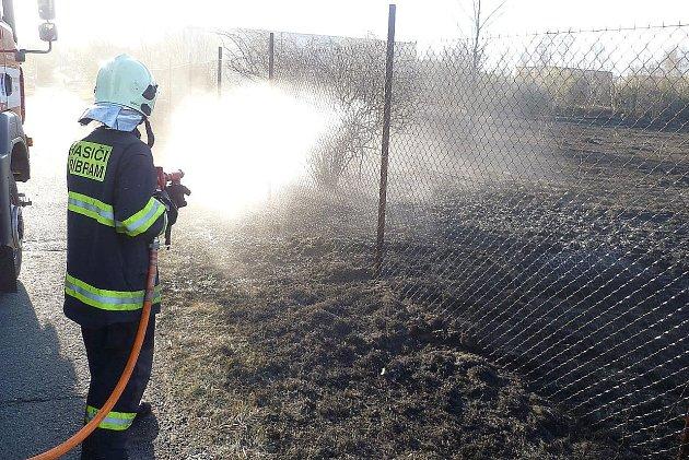 Požár travního porostu u příbramské pekárny.