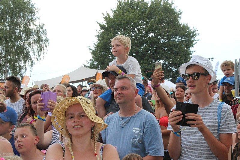 Letní festival v příjemném prostředí, přímo na pláži, byl v tropickém počasí volbou několika tisíců návštěvníků.