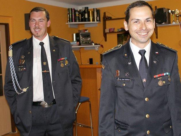 STAROSTA hasičů ve Velké Lečici Josef Beran (vpravo) svelitelem Pavlem Poučkem.