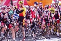 Cyklisté Příbrami v černočervenobílých trikotech na startu v Polsku.