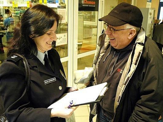 Policistka Monika Schindlová se ptá zákazníka hypermarketu na jeho   názory a zkušenosti ohledně práce policistů.