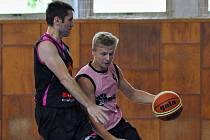 Příbramský basketbalista Ladislav Petřík (vpravo).