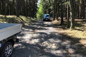 Příjezdová cesta k Lesnímu divadlu Skalka v Novém Podlesí.