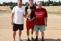 Vítězové nohejbalového turnaje v Mokrovratech – zleva: Marek Pulkrab, Matěj Pulkrab, Milan Stingl.