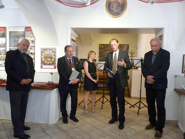 O  RADECKÉM a exponátech právě vypráví návštěvníkům David Hroch. Vernisáže se zúčastnil také starosta Sedlčan Jiří Burian, předseda Spolku Radecký Jan Bárta (vlevo) nebo Josef Velfl, ředitel Hornického muzea Příbram (vpravo).