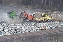 Ukládání odpadu na bytízské skládce.
