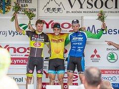 Cyklista Martin Boubal (vpravo) na stupních vítězů po druhé etapě závodu Vysočina 2017.
