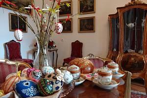 Pro zvídavé děti budou v expozici přichystané jarní hádanky a rébusy a v případě zájmu s nimi rodiče během Velikonoc mohou navštívit i strašidelné Dobříšské přízraky v půdních prostorách zámku.